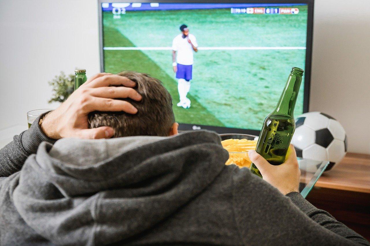 ver deporte televisión beber cerveza